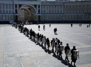 The performance 'Egalité' on the Palace Square is artist Elena Kovylina's statement about current democratic society which is acoording to Elena an utopian idea of our times. The society is full of dualities in political, social and cultural aspects. Image courtesy The Tretyakov Gallery Magazine.